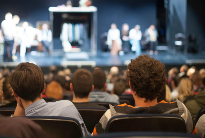 Проход по узкому ряду в кино, театре или концерном зале.