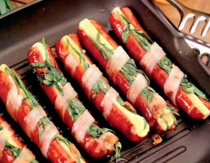 Пикантные колбаски с сыром.
