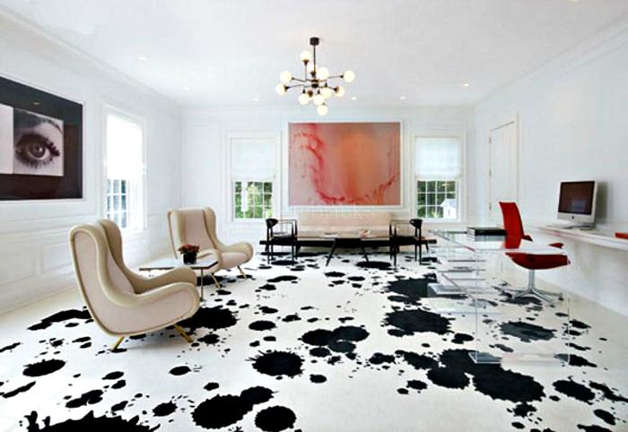 Черные кляксы на белом полу.