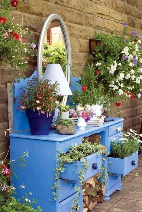 Цветники в шкафчиках трюмо.
