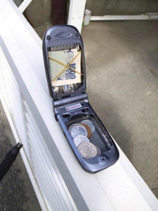 Никто не догадается искать заначку в телефоне!
