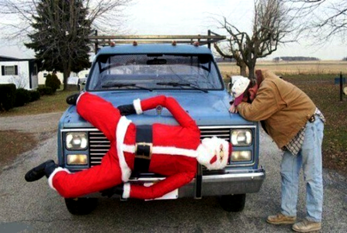 Санта Клаус на капоте.