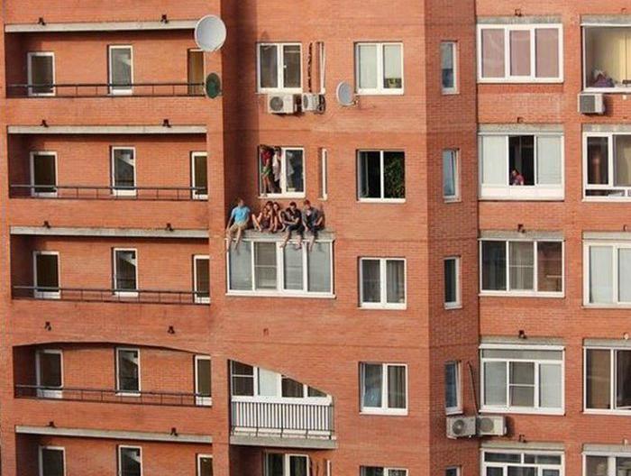 Ребята просто встретились на окне, посидеть, попить пиво.