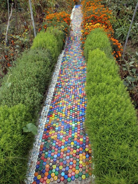 Садовая дорожка из пластиковых крышек.