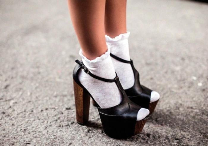 Сочетать носки с босоножками.