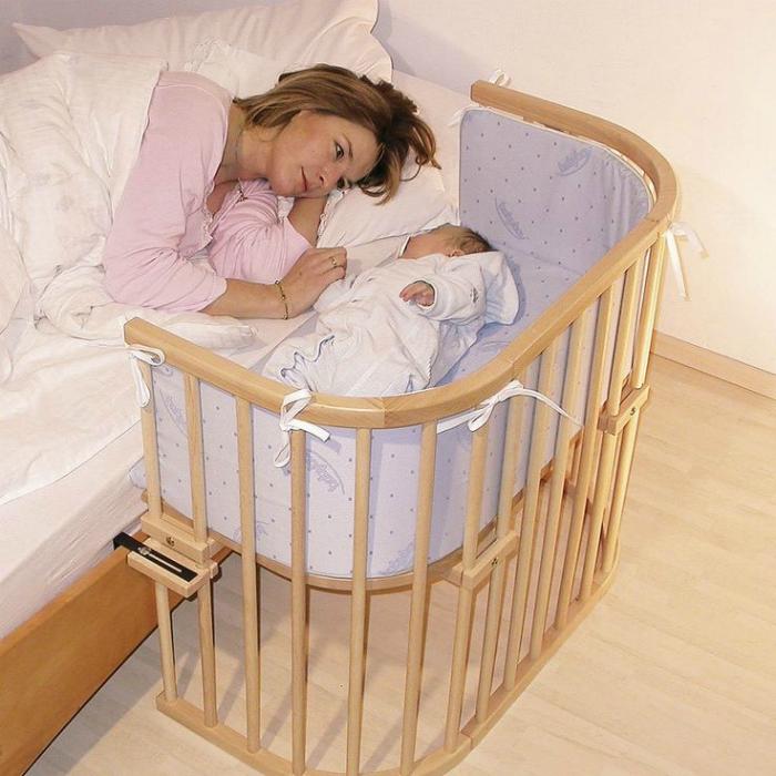 Компактная кроватка для малыша, которая состоит из трех стенок и крепления, которое можно присоединить к взрослой кровати.