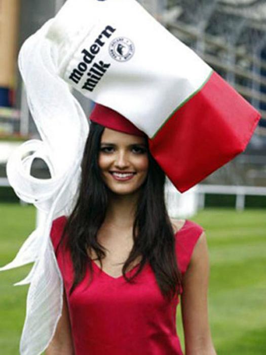Огромная шляпа в виде огромного пакета молока.