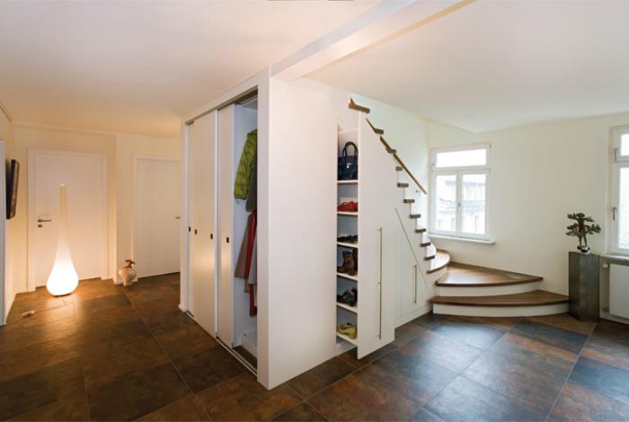 Выдвижной шкаф под лестницей.