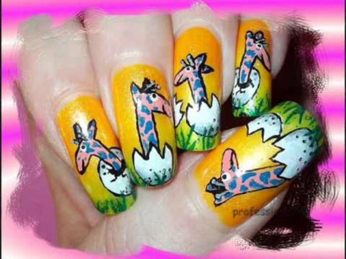 Изображения маленьких жирафиков на ногтях.