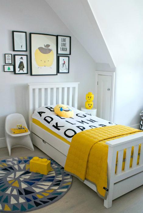 Нейтральная спальня с ярко-желтыми акцентами.