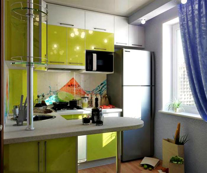 Уютная кухня с салатным гарнитуром.