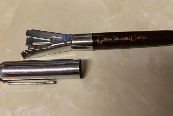Компактный степлер в виде ручки. | Фото: Умкра.