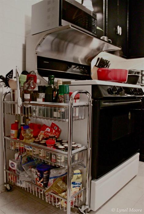 Поставьте возле плиты небольшую этажерку и храните в ней самые необходимые вещи для готовки.