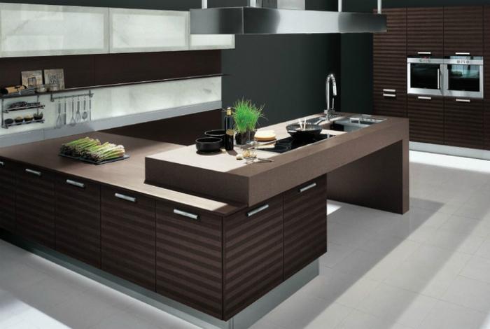 Современная и функциональная кухня с большой рабочей поверхностью-трансформером, которая позволяет рациоально использовать пространство.