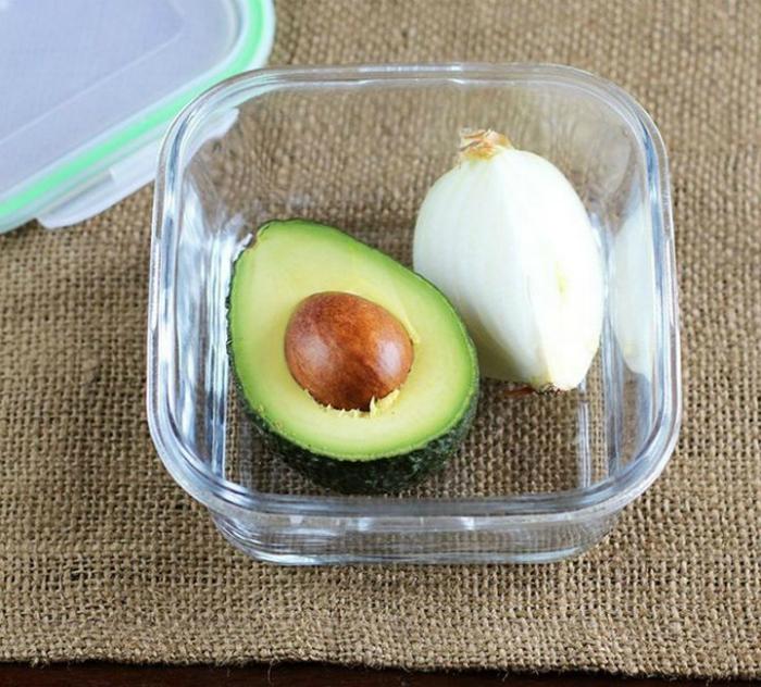 Разрезанный авокадо не почернеет, если хранить его вместе с долькой лука.