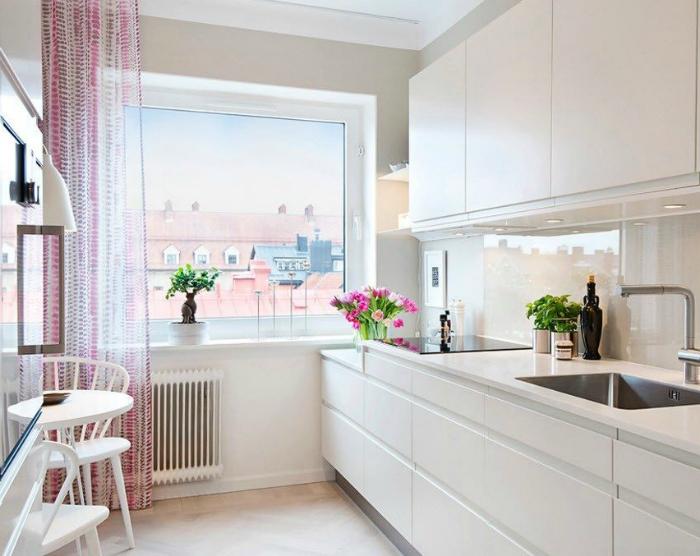 Маленькая белоснежная кухня.