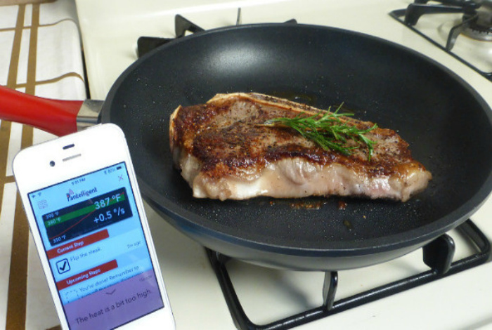 Смарт-сковородка, синхронизирующаяся со смартфоном.