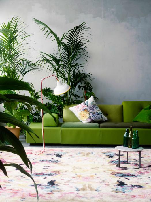 Гостиная с зеленым диваном.