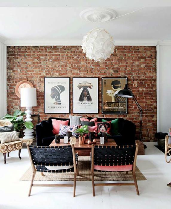 Маленькая гостиная с эффектной кирпичной стеной.