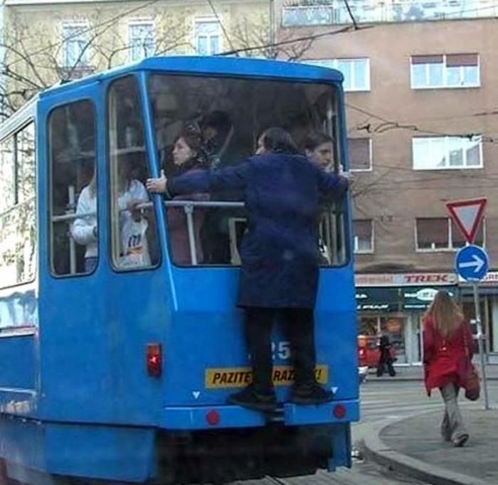 Переполненный трамвай.