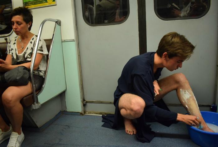 Водные процедуры в метро.