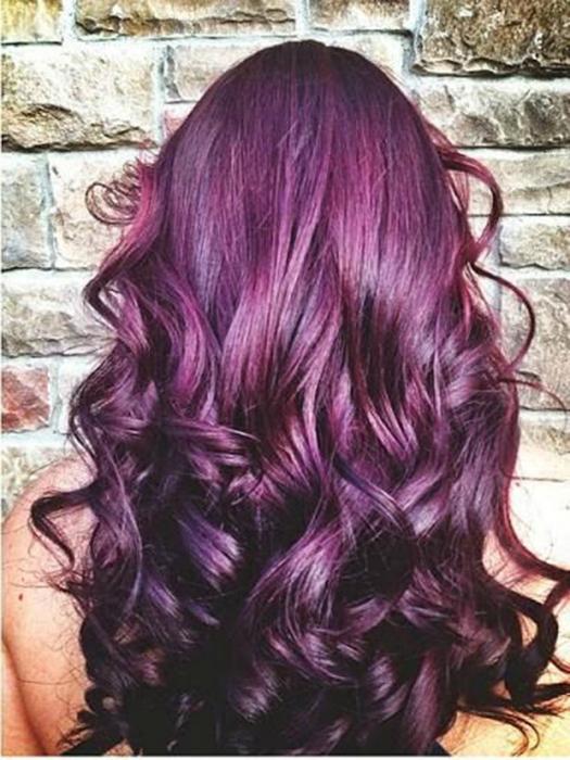 Новая тенденция в окрашивании - волосы насыщенного баклажанного оттенка.