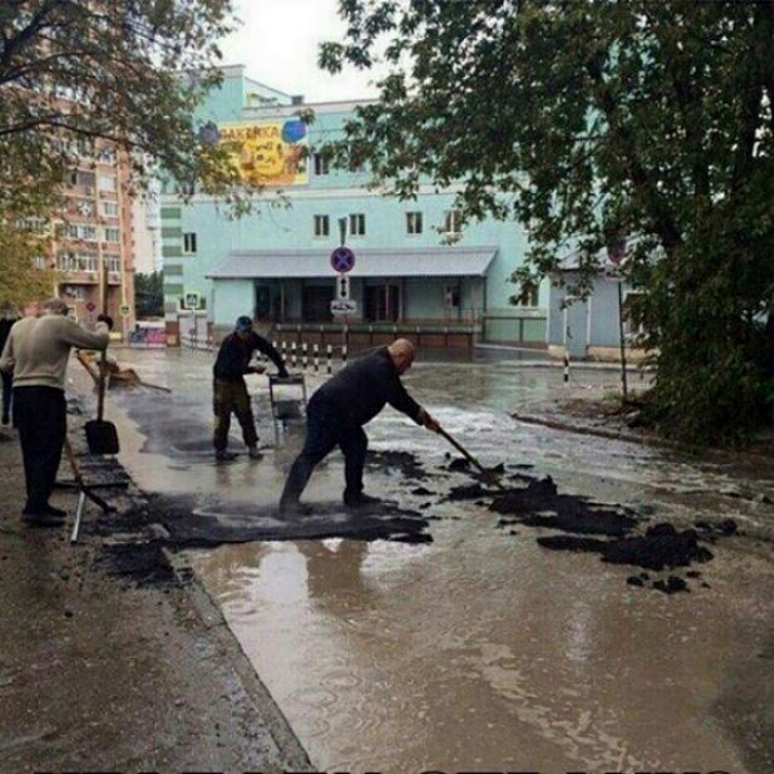 Секретная технология укладки асфальта. | Фото: Одноклассники.