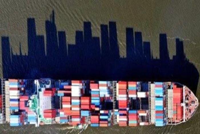 Величественная тень грузового судна.