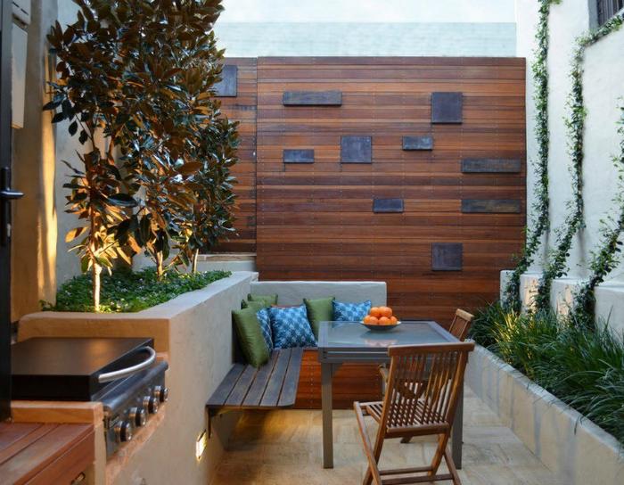 Небольшая площадка для отдыха на заднем дворе.