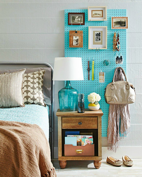 Узкая перфорированная панель в интерьере спальни.