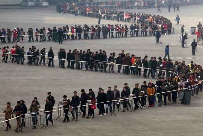 Очередь размером в 50 тысяч человек. | Фото: South China Morning Post.