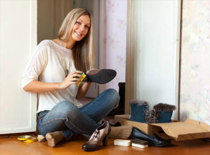 Чтобы вернуть кожаной обуви былой блеск, смажьте ее кремом для рук.