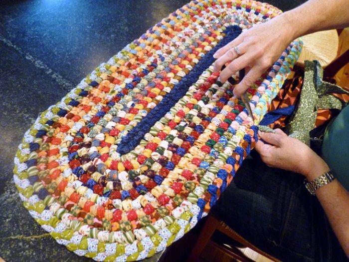 Плетеный коврик из лоскутков. | Фото: Pinterest.
