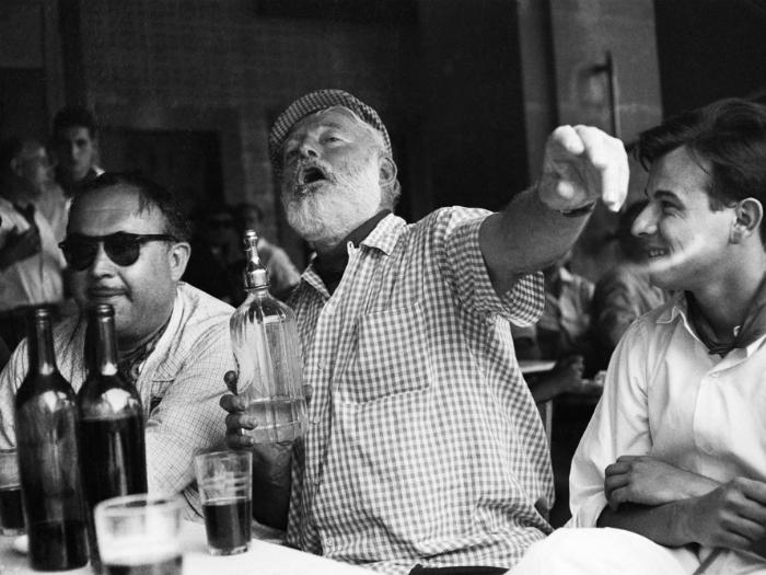Знаменитый писатель отдыхает в баре Гаваны.