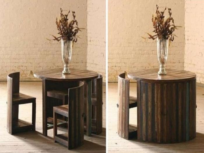 Круглый столик со стульями.