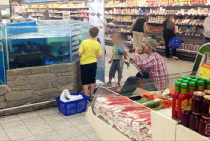 Рыбак в рыбном отделе.