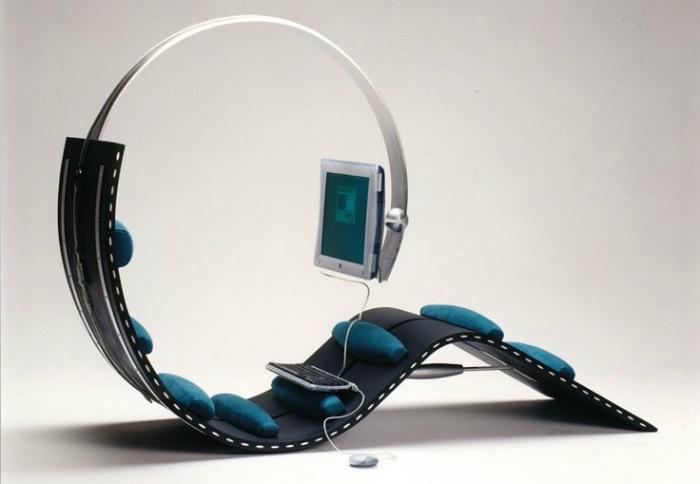 Кресло с подставкой для компьютера и специальными ортопедическими валиками для полного расслабления.