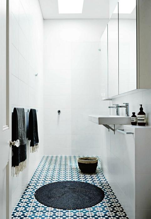 Крошечная ванная комната в стиле минимализм.