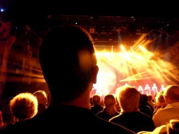 Людям, чей рост ниже среднего, не рекомендуется посещать концерты, так как за за спинам «великанов» они все равно ничего не увидят.