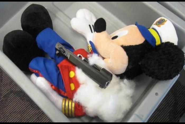 Пистолет в игрушке.