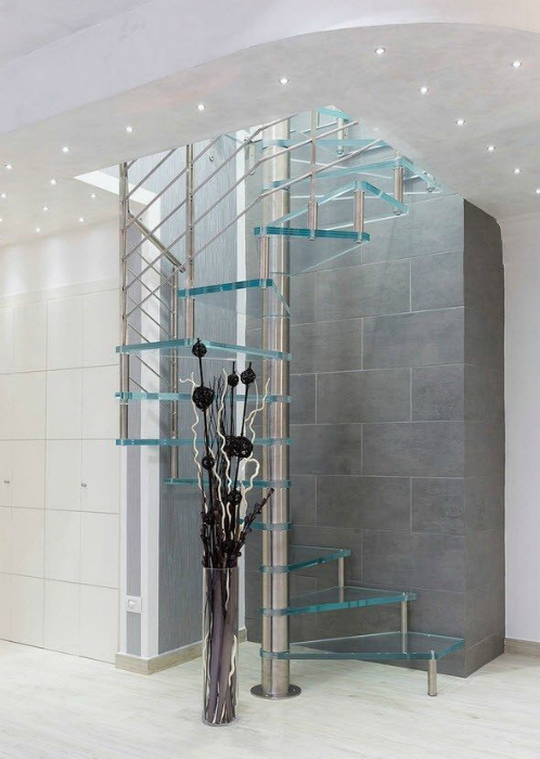 Винтовая лестница из металла и стекла.