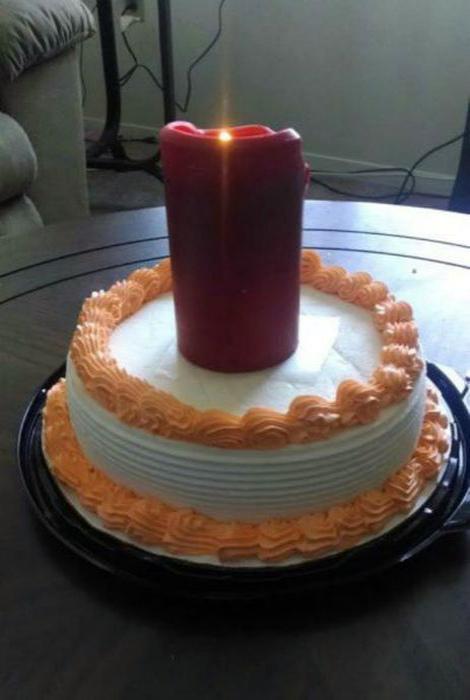 Торт и праздничная свеча. | Фото: Joe Monster.