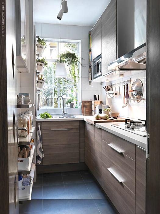 Узкая кухня с обилием шкафчиков.