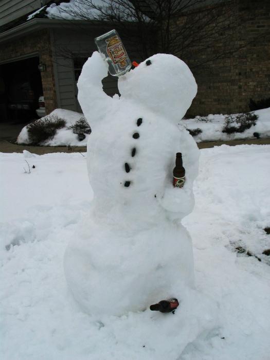 Пьющий снеговик.