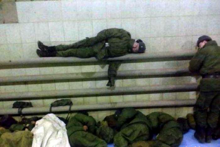 Уставшие солдаты. | Фото: CopyPast.ru.