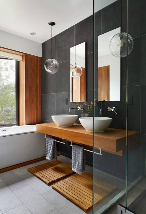 Строгий интерьер ванной комнаты.
