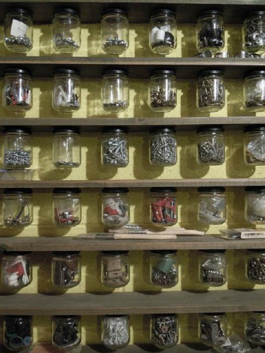 Стеклянные банки для хранения различных мелочей.