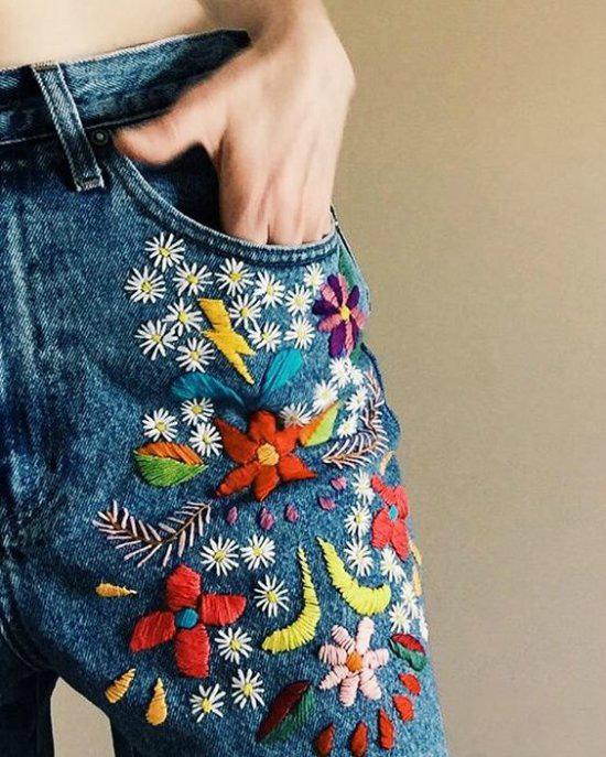 Джинсы, декорированные вышивкой.