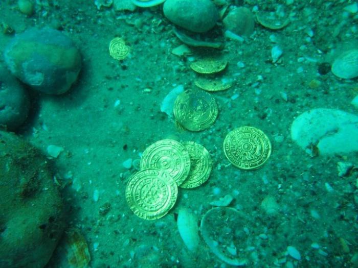 Монеты времен Средневековья, найденные в Средиземном море.