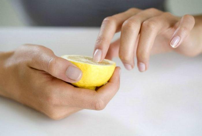 Чистка и отбеливание ногтей.